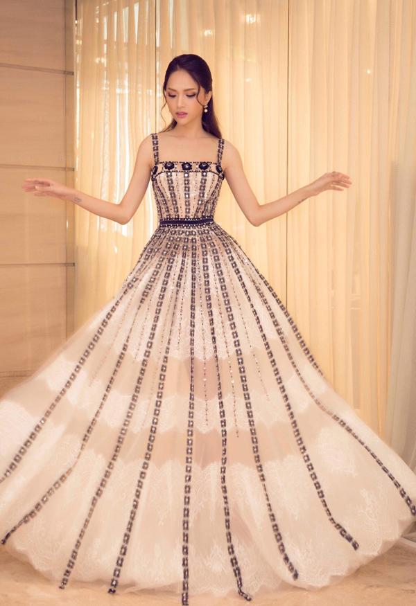 Hoa hậu Hương Giang hóa tiểu thư yêu kiều trong chiếc váy đính kết tỉ mỉ của Đỗ Long.