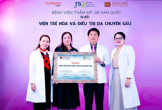 Tiến sĩ, bác sĩNguyễn Phan Tú Dung - Giám đốc Bệnh viện JW Hàn Quốc, bà Nguyễn Ngọc Ánh - Chủ tịch hội đồng quản trị Tập đoàn Kencare Holding Singapore cùng chứng nhận thành lập Viện trẻ hóa & Điều trị da chuyên sâu JW.Tham dự chương trình, các bác sĩ da liễu của JW, cùng các chuyên gia khoa học đến từ tập đoàn KenCare đã có những báo cáo khoa học về các giải pháp trẻ hóa vàđiều trị da chuyên sau. Nhờ 2 công nghệNeoJuvi và AifraCell, nhiều khách hàng đã cải thiện làn da, loại bỏ nhanh nám, tàn nhang.