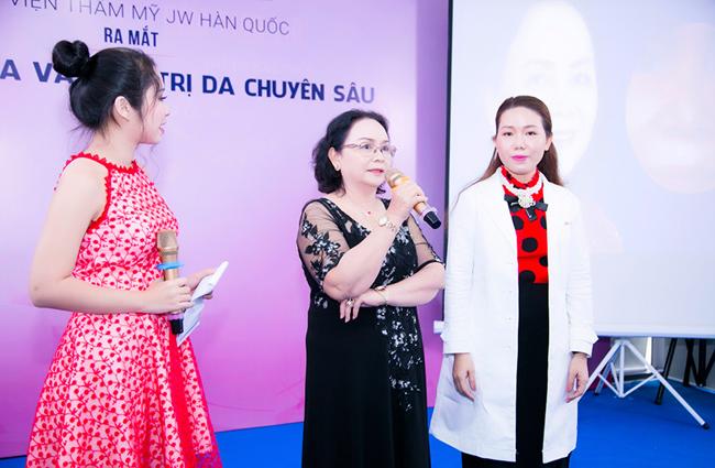 Cô Mang Thị Xuân Ngộ, người từng điều trị làn da nám nặng tại JW chia sẻ kinh nghiệm thực tế tại chương trình.