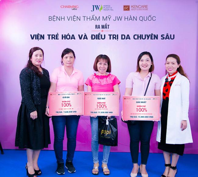 Cuối chương trình, một số khách hàng nhận giải ưu đãi 100% chi phí làm đẹp tại Viện trẻ hóa & Điều trị da JW.