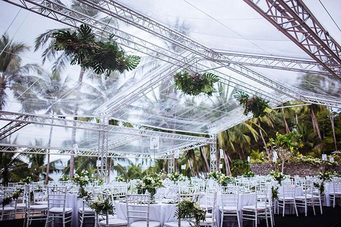 Với sảnh tiệc, wedding planner đã kết hợp sắc trắng của hoa lan hồ điệp và xanh lá của dương xỉ, cây monstera để tạo nên khu rừng ngọt ngào.