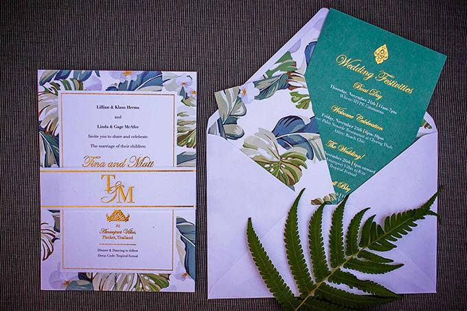 Để gửi gắm chủ đề rừng nhiệt đới, wedding planner đã thiết kế thiệp cưới với hình ảnh lá cây Quái vật rừng xanh (Monstera Deliciosa) và sử dụng phương pháp ép kim để làm nổi bật nội dung tấm thiệp. Sắc xanh mòng két lạ mắt của tấm thiệp giúp uyên ương ghi điểm với khách mời.