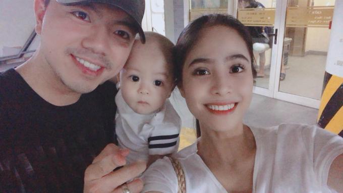 Ca nương Kiều Anh bên chồng và con trai. Chú thích cho bức ảnh, cô viết: Mối tình tay ba nhưng rất hòa thuận, không ai ghen với ai.