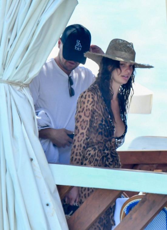 Leonardo DiCaprio và Camila Morrone được trông thấy trên du thuyền ở Positano, Italy hôm chủ nhật 5/8. Cặp sao đi nghỉ cùng bạn bè cả tuần qua.