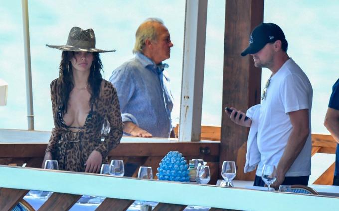 Camila hẹn hò Leo từ cuối năm ngoái nhưng đến tháng 4 năm nay mới chính thức công khai mối quan hệ. Cô kém tài tử Titanic tới 22 tuổi.