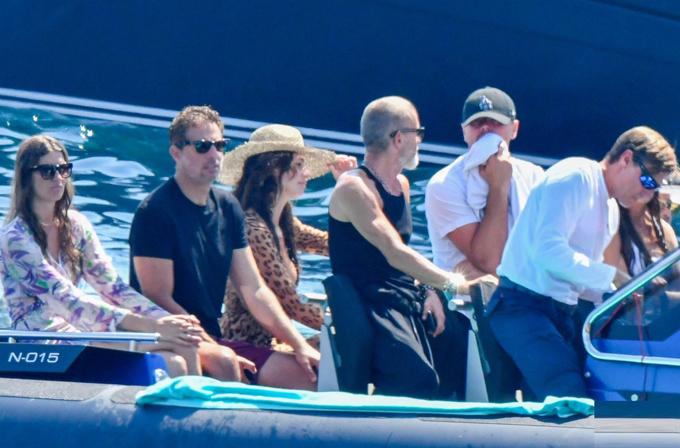 Cô cùng DiCaprio và bạn bè tận hưởng nắng vàng, biển xanh ở Địa Trung Hải.
