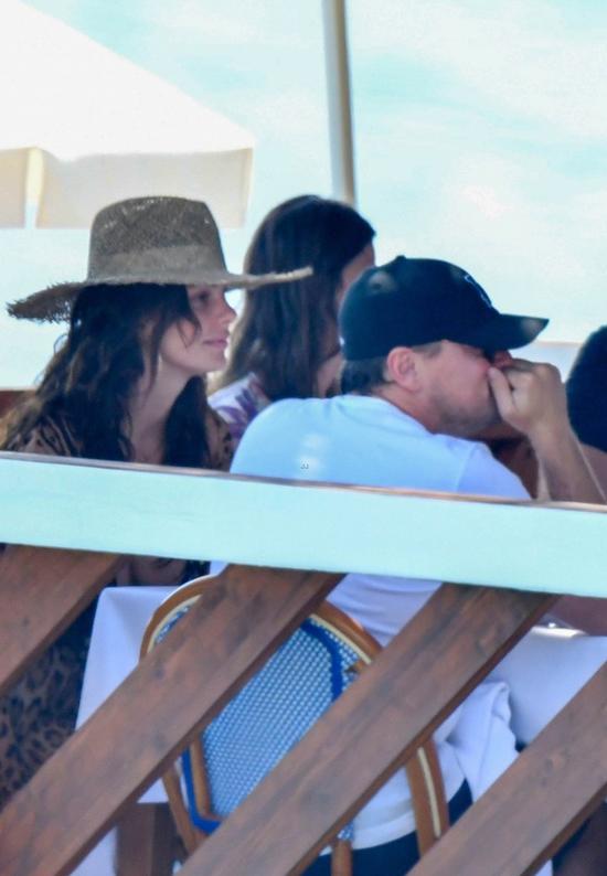 Cặp đôi ăn trưa trên du thuyền.