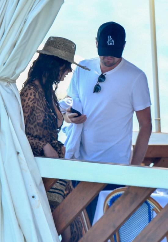 Từ mùa hè tới nay, Leo và bạn gái mới thường xuyên quấn quýt bên nhau. Trong thời gian nghỉ ngơi giữa quá trình quay phim Once Upon a Time in Hollywood, Leo lại tranh thủ đưa bạn gái đi du lịch.