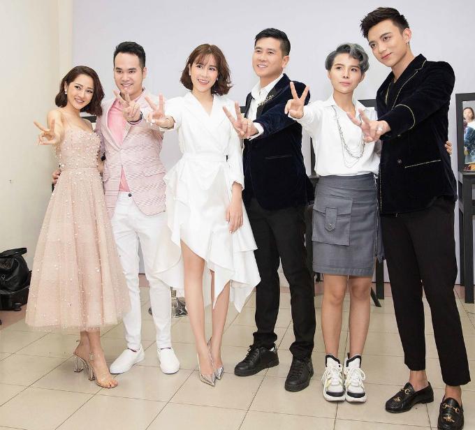 Dàn huấn luyện viên Giọng hát Việt nhí 2018 nhí nhảnh tạo dáng pose hình.