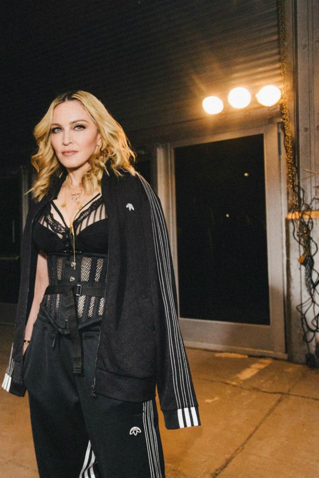 Nữ ca sĩ vẫn giữ hình ảnh sexy dù sắp bước sang tuổi 60.