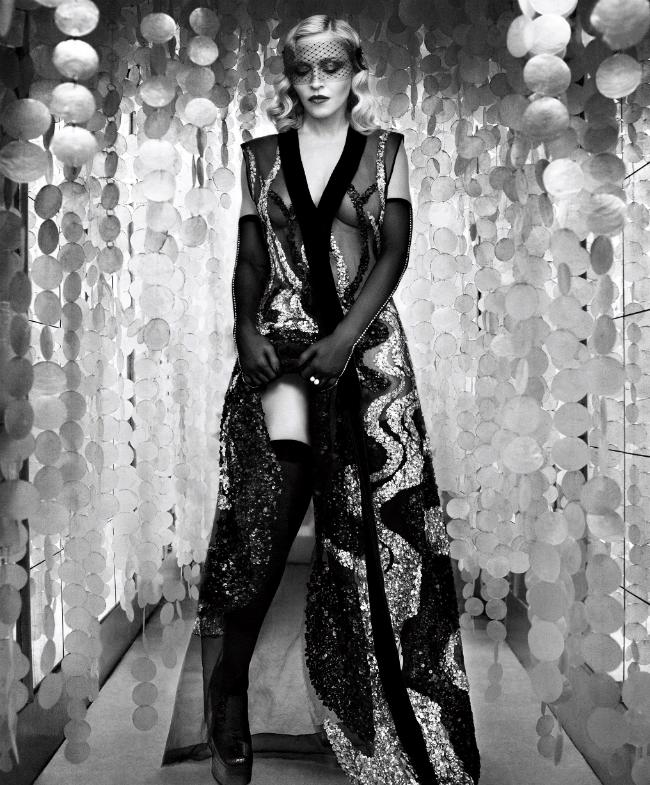 Madonna khoe hình thể nóng bỏng trong bộ đầm xuyên thấu.
