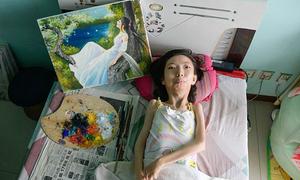 Người phụ nữ liệt giường 32 năm trở thành họa sĩ nổi tiếng