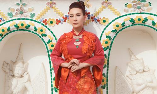 Phi Nhung mặc áo dài chụp ảnh trong chùa Thái Lan