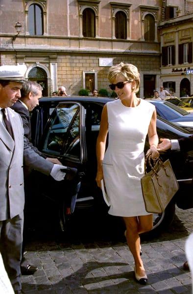 Túi xách với quai tre biểu tượng của Gucci trên tay công nương Diana tại Rome năm 1991. Ảnh:Gucci.