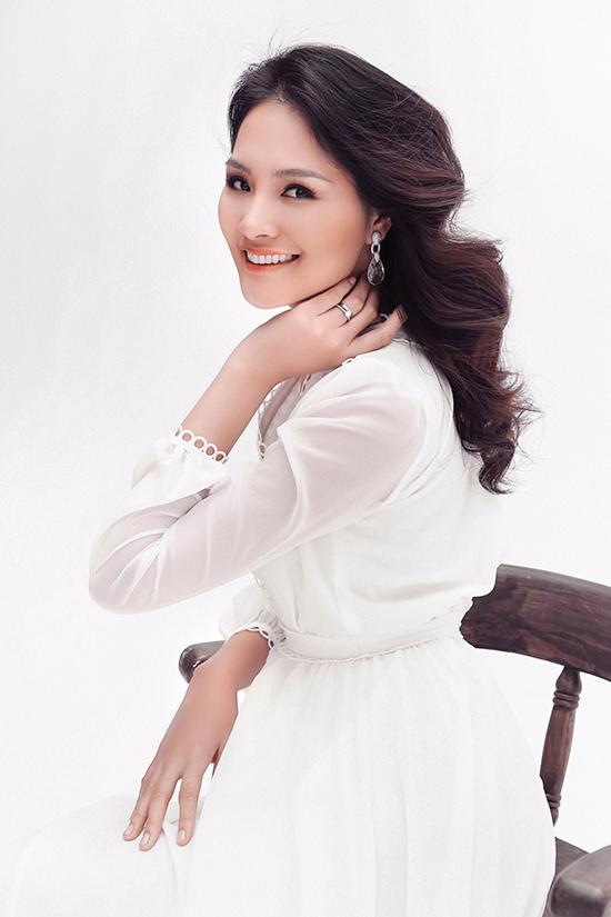 Hoa hậu đẹp nhất châu Á 2009 của Globalbeauties bình chọnkhoe vẻ đẹp mặn mà, đằm thắm của mình khi khoác lên mình cáctrang phục nằm trong bộ sưu tậpThe Oriental Sun.