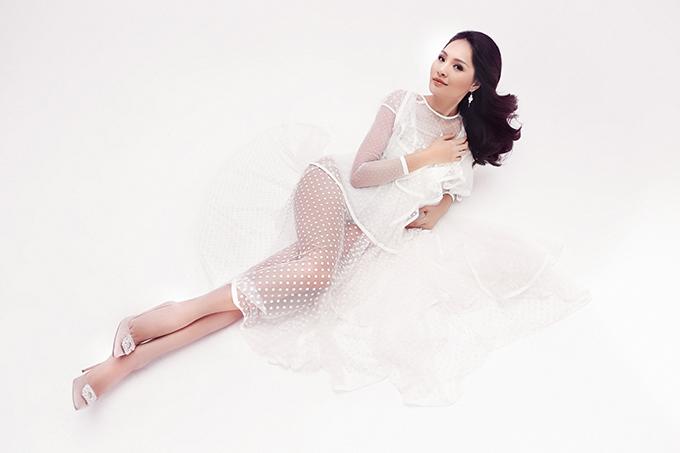 Voan lụa, váy xuyên thấu chấm bi được phối hợp cùng nhau để mang tới mẫu váy nửa kín, nửa hở.