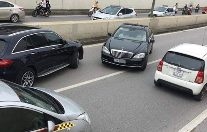 ChiếcMercedes chạy ngược chiều trong hầm chui Kim Liên. Ảnh: CTV.