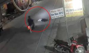 Người đàn ông nằm giữa đường ngủ bị xe máy cán