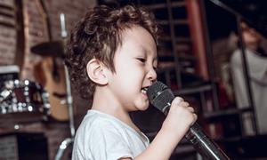 Con trai Tuấn Hưng cầm mic hát như ca sĩ chuyên nghiệp