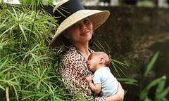 Người mẫu Chrissy Teigen khỏa thân ôm con chạy khi gặp động đất ở Indonesia