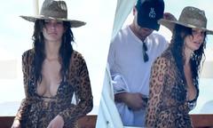 Bồ trẻ của Leonardo DiCaprio khoe vòng một lấp ló trên du thuyền