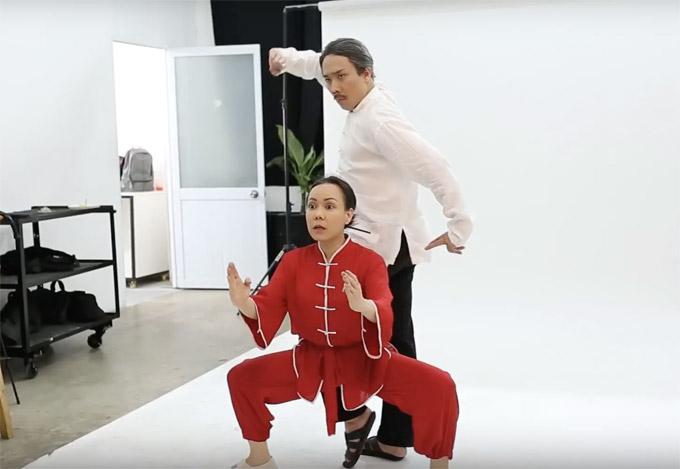 Ở hậu trường buổi chụp hình poster của phim, hai nghệ sĩ lầy lội thể hiện những dáng pose khó đỡ.