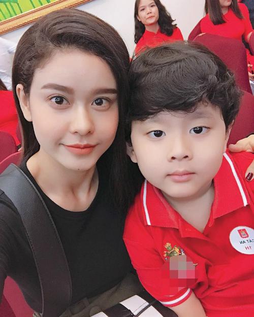 Trương Quỳnh Anh đưa con trai đưa học ngày đầu tiên. Nữ ca sĩ dí dỏm: Chính thức vào cấp 1. Em ơi chầm chậm thôi, chị sắp lùn hơn Shi rồi nè.