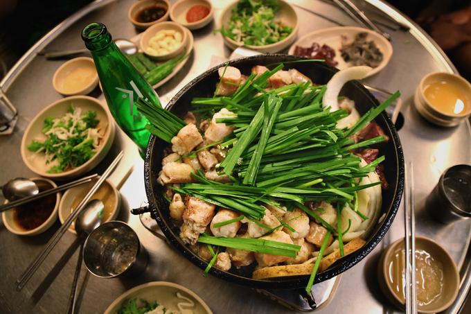 Phố lòng nướng bình dân dành cho du khách 'gà mờ' ở Seoul