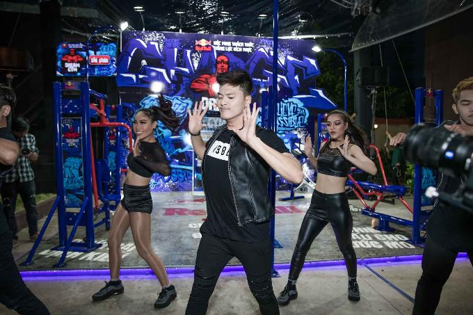 Lâm Vinh Hải, Minh Tú thử thách sức bền với máy tập gym - 2