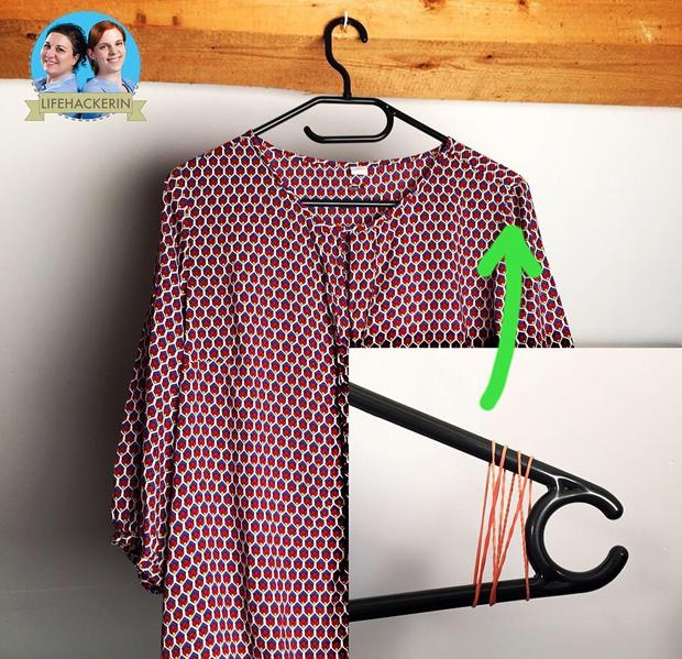 Tránh áo bị tuột khỏi mócCác nàng chỉ cần buộc chun vào hai đầu của móc như hình, chiếc áo sẽ không bị rơi xuống nữa.