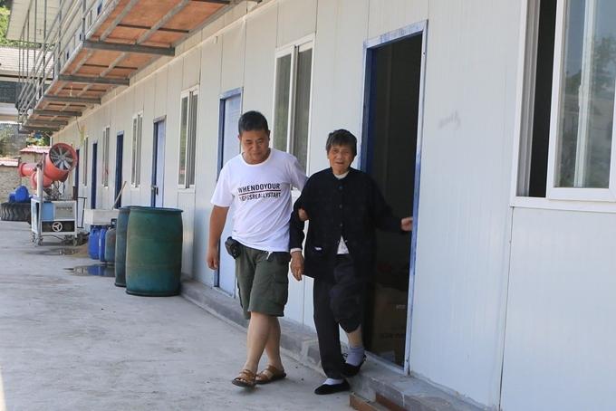 Wu đưa mẹ già tới chỗ làm mỗi ngày.