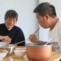 Người đàn ông ba năm đưa mẹ già đi làm cùng để tiện chăm sóc