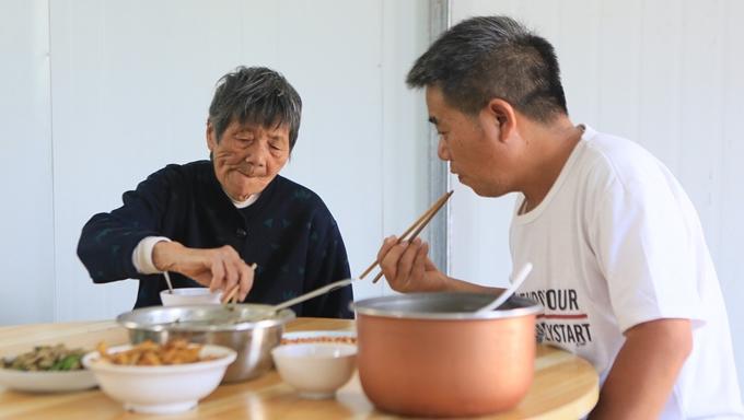 Hai mẹ con cùng nhau dùng bữa tại nơi làm việc của Wo.