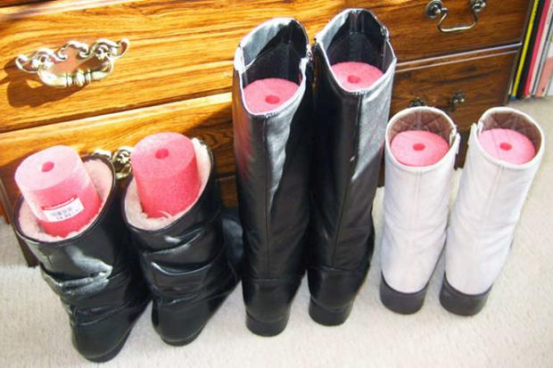 Giữ form bốt cao cổNếu không kiếm được thanh xốp, các nàng có thể cuộn tờ giấy cứng rồi đặt vào trong bốt để chúng không bị mất dáng.