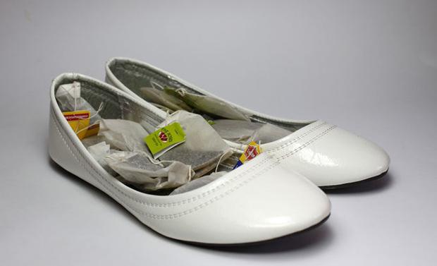 Loại bỏ mùi ở giày dépTrước tiên, bạn đặt vài gói trà túi lọc khô vào trong giày. Nếu chúng không hiệu quả, hãy nhờ cậy túi trà đã sử dụng.