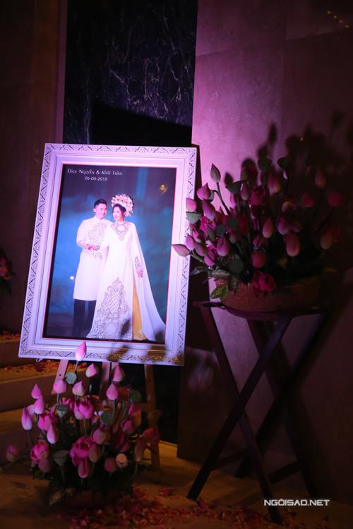 Hoa sen thường xuất hiện trong đám hỏi, lễ cưới của người Việt, là biểu tượng sức sống mãnh liệt của dân tộc Việt. Hoa sen hồng mangvẻ đẹp tươi tắn, đặc biệt, loài hoa này còn có ý nghĩa tượng trưng cho giáo lý Phật giáo với tấm lòng nhân sinh cao cả, từ bi vànhẫn nại giữa con người với nhau.