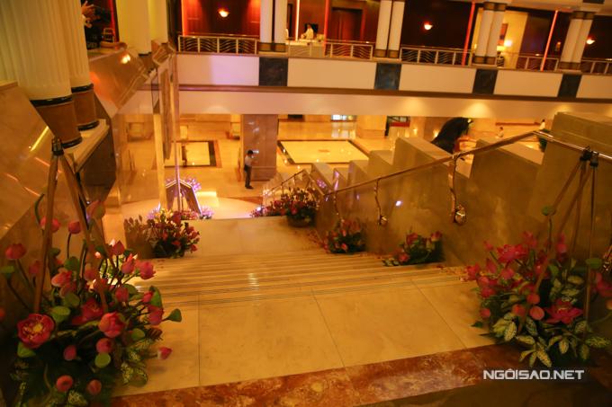 Trong đám cưới của Hoàng Châu, khóm hoa sen hồngđược đặt ở cổng chào, lối dẫn lên cầu thang, tạo nên nét đẹp gần gũi, bình dị.