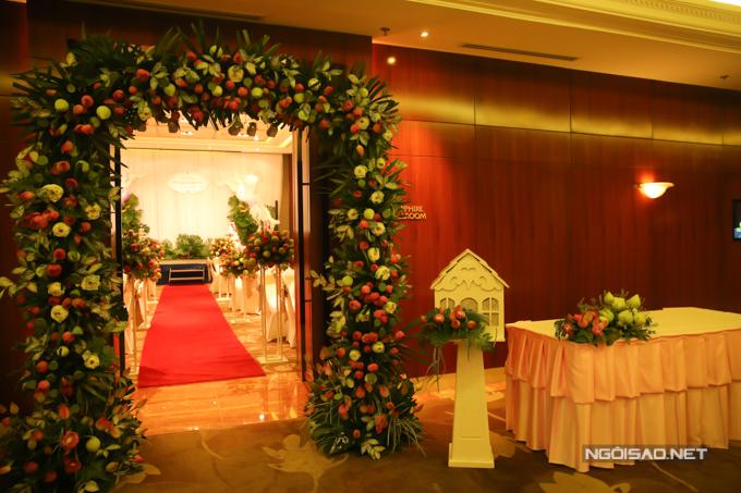 Cổng chào đám cưới được kết bởi sen xanh và sen hồng.