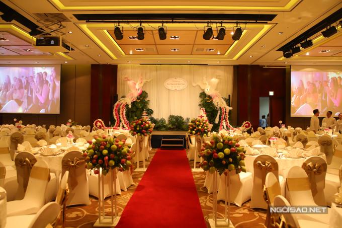 Những trụ hoa sen hồng, sen xanh được đặt hai bên lối đi trong sảnh tiệc.