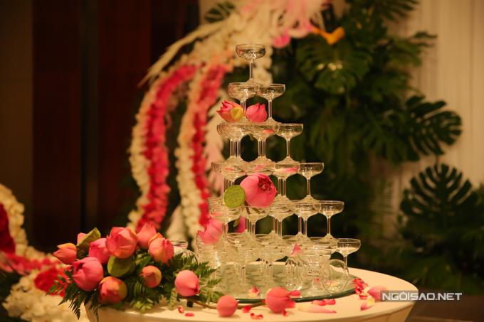 Tháp rượu của uyên ương được tô điểm bởisen hồng.