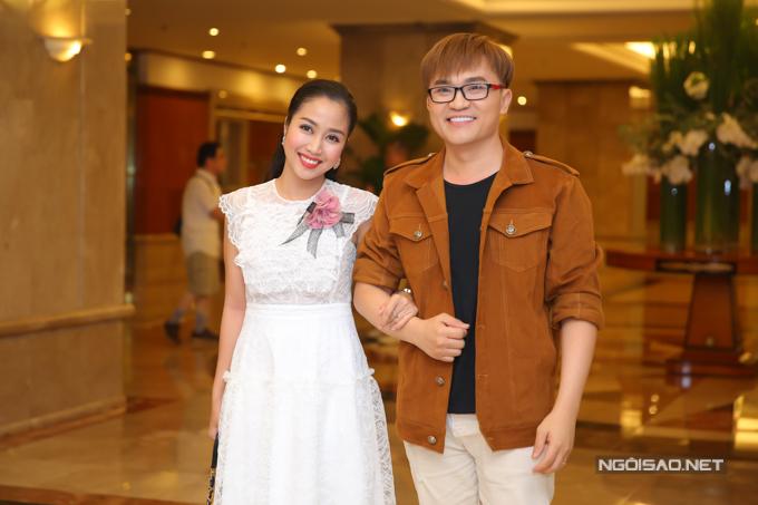 Ốc Thanh Vân sánh đôi MC Đại Nghĩa dự tiệc cưới con gái NSND Hồng Vân.