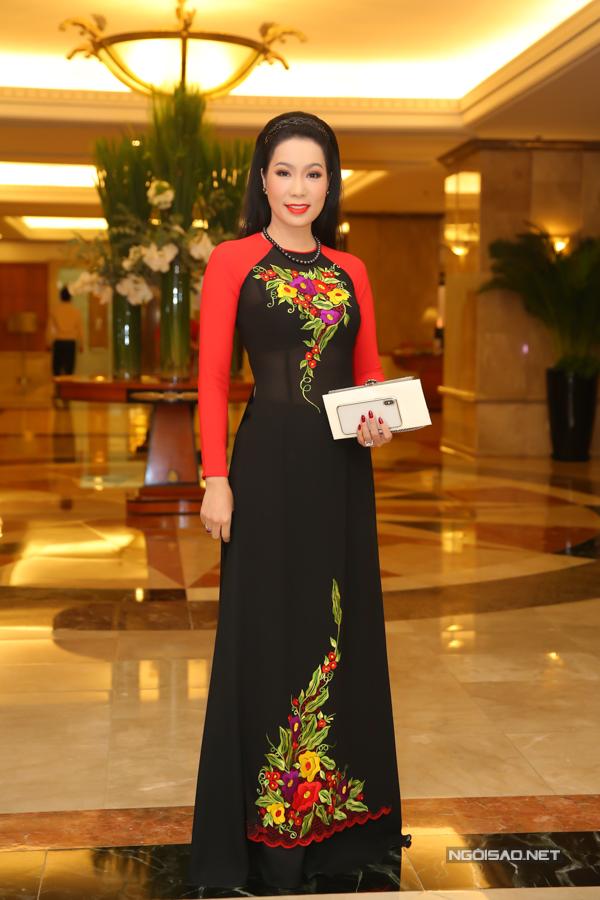 Á hậu Trịnh Kim Chi khoe dáng thon thả với áo dài xuyên thấu.