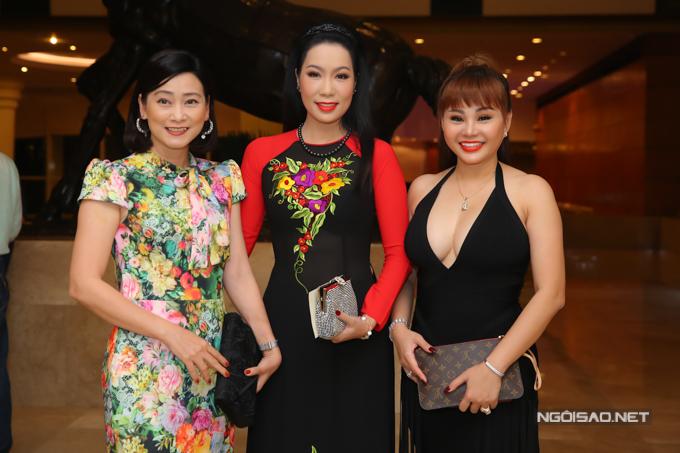 Người đẹp hội ngộ diễn viên Tuyết Thu (váy hoa) và nghệ sĩ Lê Giang tại tiệc cưới của Hoàng Châu - con gái Hồng Vân.