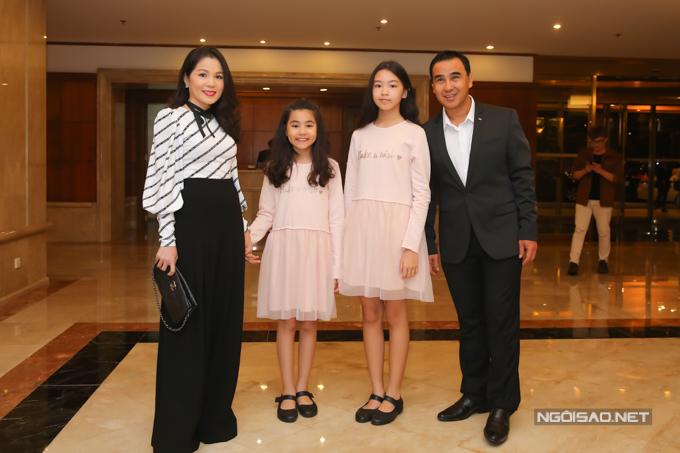 Vợ và hai con gái của Quyền Linh cũng có mặt trong buổi tiệc cưới của cô dâuHoàng Châu - con gái nghệ sĩ Hồng Vân.