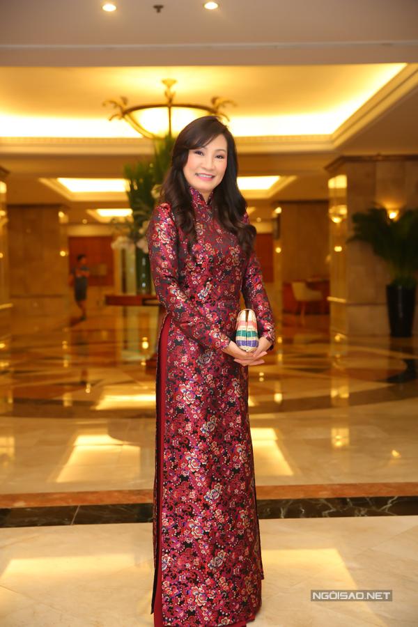 Nghệ sĩ Hồng Đào diện áo dài hoa nền nã đi ăn cưới.