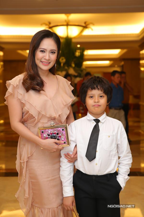Bé Cà Phê - con trai Thanh Thúy trông chững chạc khi đi bên mẹ.