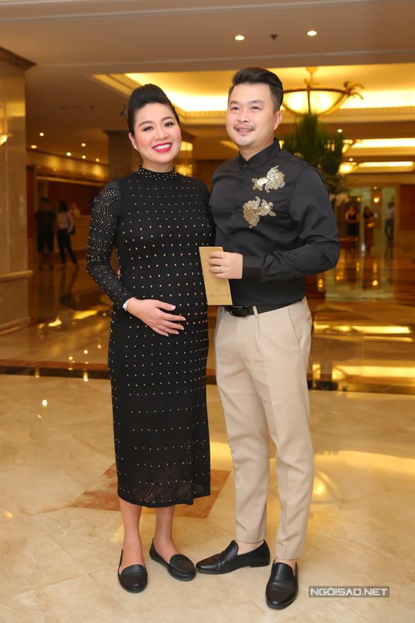 Diễn viên Lê Khánh bế bụng bầu 7 tháng, được ông xã tháp tùng đi ăn cưới con gái nghệ sĩ Hồng Vân tại TP HCM. Đây là lần hiếm hoi Lê Khánh lộ diện từ khi công bố thông tin mang thai con đầu lòng.