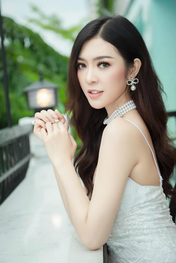 Bùi Lý Thiên Hương cũng là một trong những người đẹp nổi trội ở hành trình tìm kiếm Miss Supranational Vietnam năm nay. Cô sinh 1996, đến từ An Giang. Ứng viên này sở hữu chiều cao 1,74 m, cân nặng 55 kg, số đo ba vòng 87-64-95 cm.    Bên cạnh chiều cao ổn và body gợi cảm, Bùi Lý Thiên Hương còn được nhận xét có khuôn mặt giống nữ diễn viên Lý Nhã Kỳ.  Năm ngoái, cô là ứng viên thu hút nhiều sự chú ý từ giới truyền thông lẫn khán giả khi tranh tài ở đấu trường Hoa hậu Hoàn vũ Việt Nam. Tuy liên tiếp được đánh giá cao và có tên ở các bảng xếp hạng/dự đoán, nhưng chân dài này lại bất ngờ vắng mặt trong top 15 chung cuộc.  Bên cạnh công việc người mẫu tự do, Bùi Lý Thiên Hương còn thử sức cùng lĩnh vực kinh doanh. Để đến với Miss Supranational Vietnam 2018, thời gian qua, người đẹp đã tích cực tập gym cũng như trau dồi thật kỹ vốn ngoại ngữ của mình.