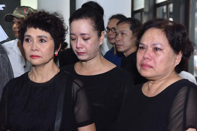 NSƯT Chiều Xuân (giữa) không kìm được nước mắt khi nghe điếu văn tiễn đưa NSƯT Bùi Cường.