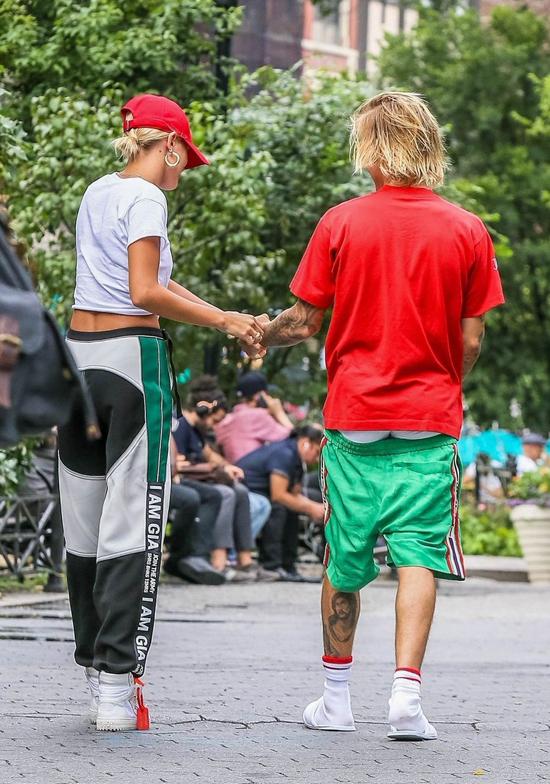 Đi hẹn hò với hôn thê sành điệu nhưng Bieber vẫn xỏ dép lê, mặc quần tụt quá mông - 8